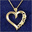 A 14K yellow gold heart-pendant with cha